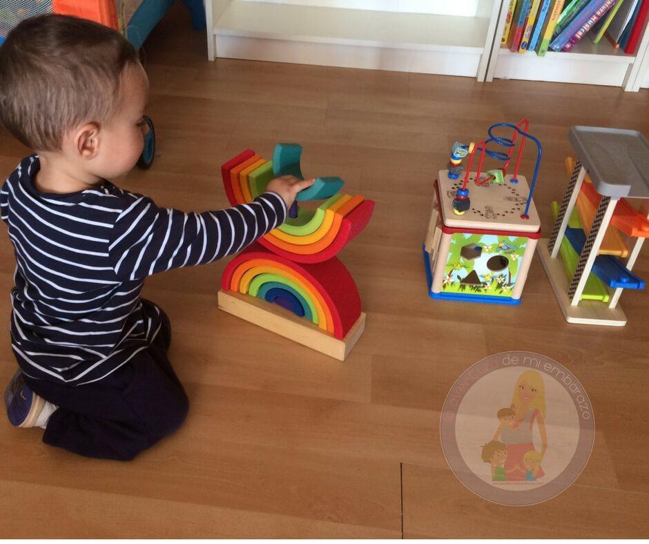 bebé de 18 meses jugando